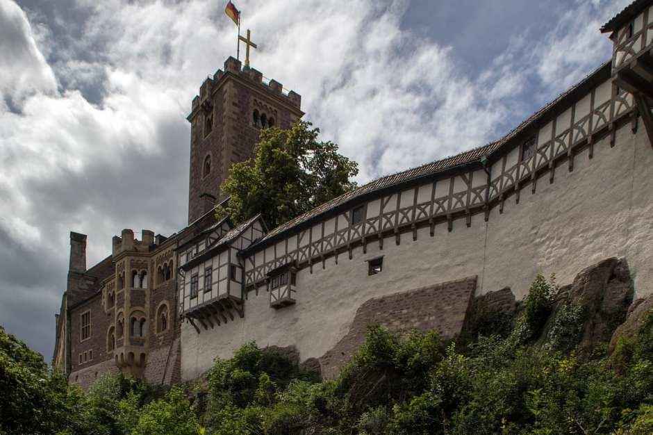 Die deutsche Geschichte ist eng verbunden mit der Wartburg bei Eisenach. Hier übersetzte Luther nicht nur das Neue Testament. Auch die beiden Wartburgfeste 1817 und 1848 bewirkten, dass die Burg bereits im 19. Jahrhundert als Nationaldenkmal galt.