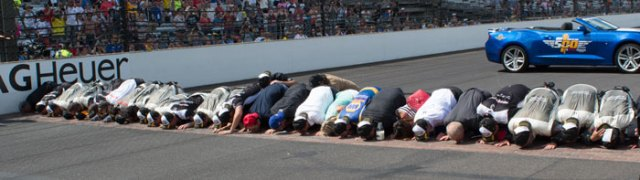 Alexander Rossi and the entire No. 98 NAPA Auto Parts/Curb Honda crew kissing the bricks