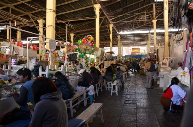 Section restauration au Marché San Pedro à Cusco