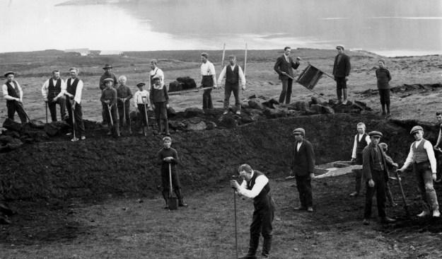 Unnið að byggingu sundlaugar er Ungmennafélagið Norðfiðingur hóf að byggja árið 1912