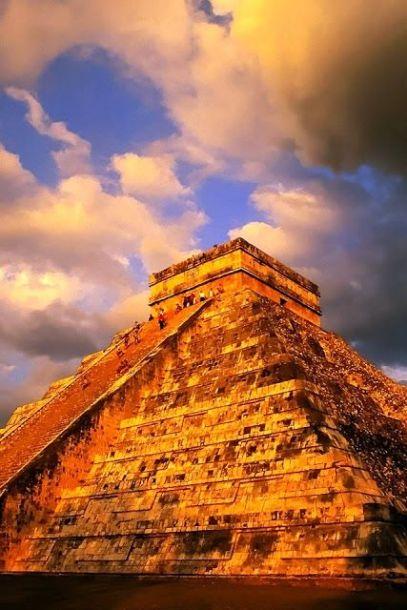 Piramide de Kukulkan Chichen Itza Mexico en el ocaso dorado