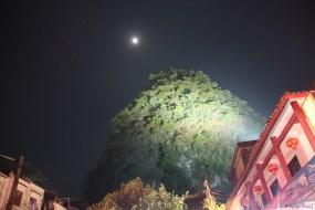 Nachts scheinen die Berge noch näher