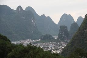 Yangshuo: die Stadt ist um die Berge herumgewachsen