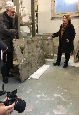 Petra Cain und Hans-Peter Müller diskutieren ein Fries