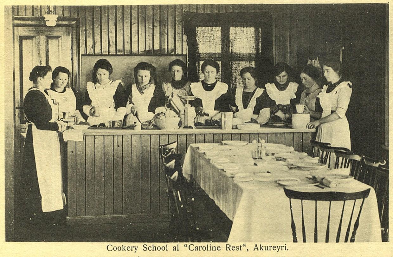 """Óársett póstkort, útgefið af Jóhanni Ragúelssyni á Akureyri, sýnir eins og stendur í texta: Cookery School at """"Caroline Rest"""" Akureyri"""