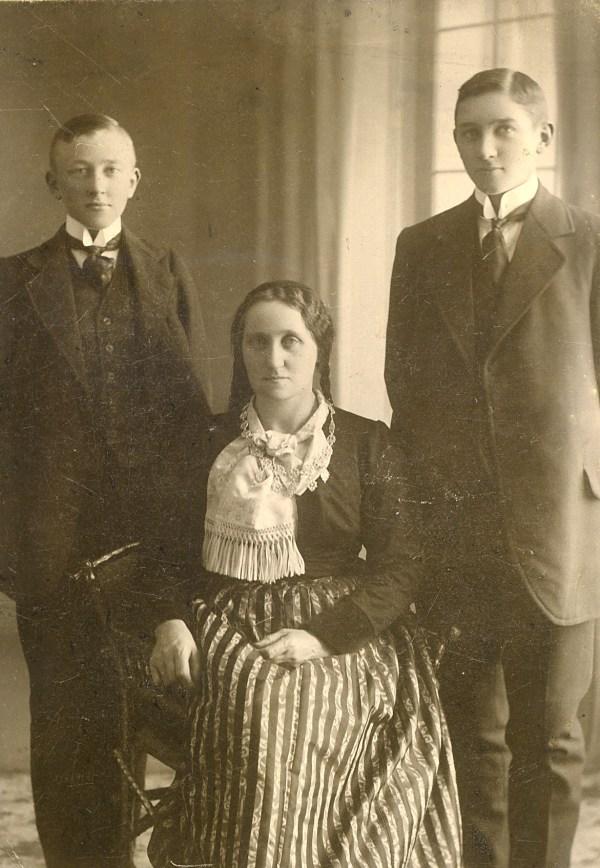 Anna Steinunn Tómasdóttir (f.1863) hóteleigandi á Akureyri og synir hennar Valgarður (f. 1897) og Eggert (f. 1895).