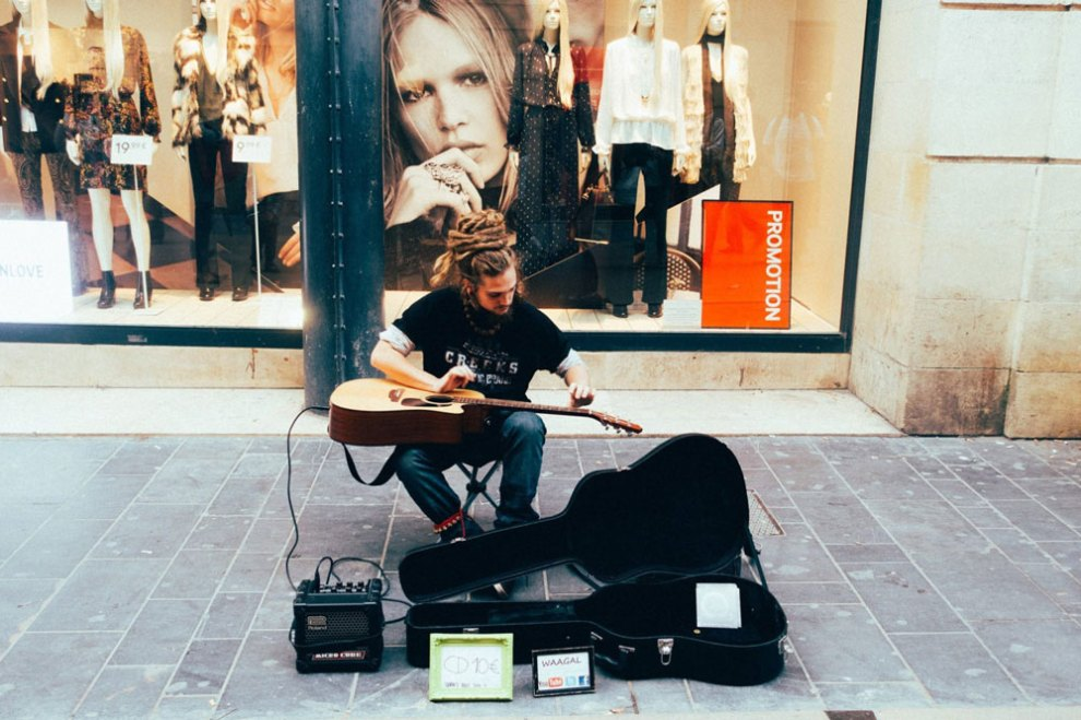 Musicien de rue, Rue Saint-Catherine, Bordeaux - Photo Pete Rojwongsuriya