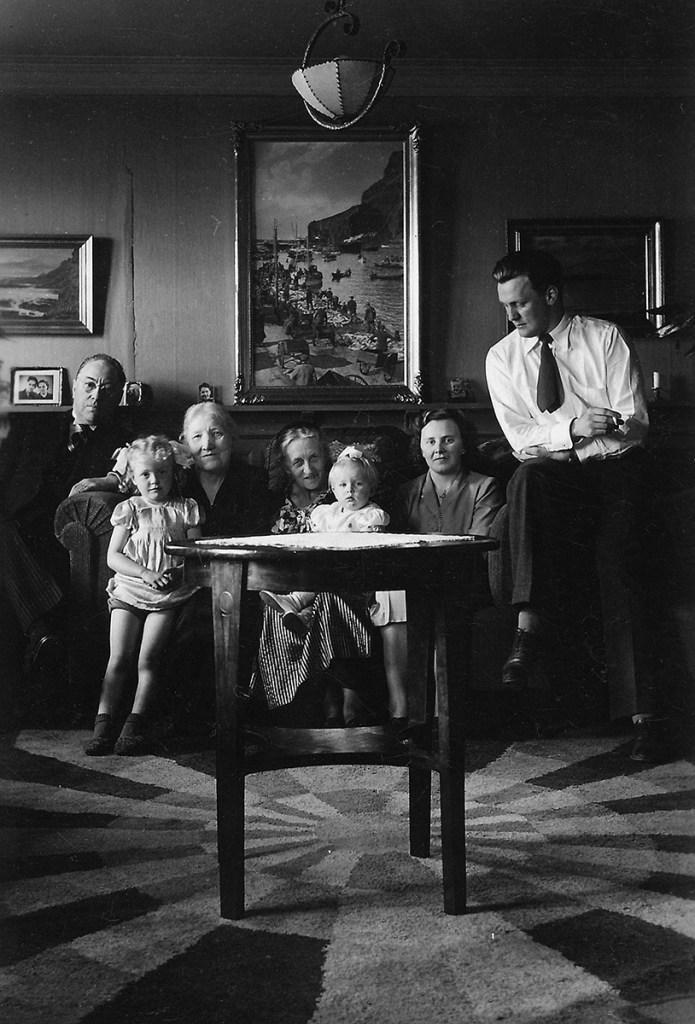 F.v. Páll Valdimar Guðmundsson Kolka (1895-1971), Björg Kolka Haraldsdóttir (1944), Ingibjörg Guðlaug (Þórðardóttir?), Guðbjörg Guðmundsdóttir Kolka (1888-1974), Barnabarn Páls Kolka, Berta Andrea Jónsdóttir Snædal (1924-1996), Gunnlaugur Einar Snædal (1924-2010).