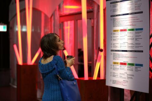 Une participante regarde la programmation de FWD50