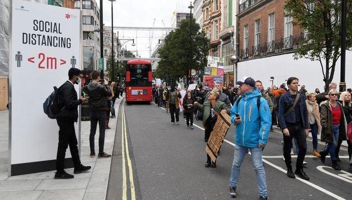 【イギリス】 ロンドン、コロナ規制強化に反対するデモ・・参加者 「人権侵害」 「死亡の原因はたくさんある」「マスクの強制着用ノー」  [影のたけし軍団★]