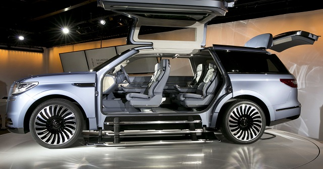 2020 Lincoln Navigator side view