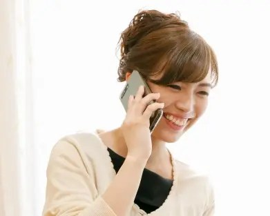 電話占いをする女性