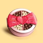Dentro da Lata Gourmet Rosê há uma verdadeira combinação entre o requinte e o sabor. Com drageados de cranberry cobertos de chocolate branco e doce de morango coberto com chocolate ao leite, é ideal para oferecer uma experiência única de degustação. A partir de R$ 44,90.