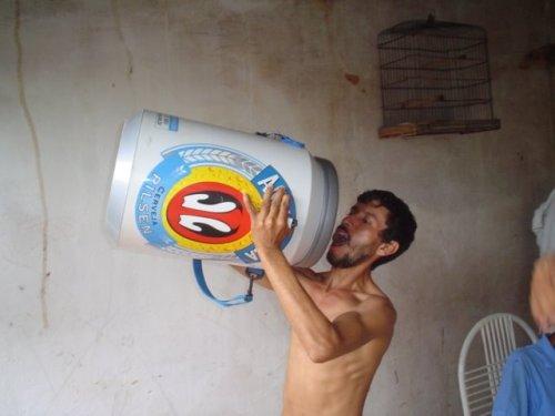 Fanfarrão bebendo cerveja de mentirinha em frente a uma parede de mentirinha também. Enviado pelo Rafael