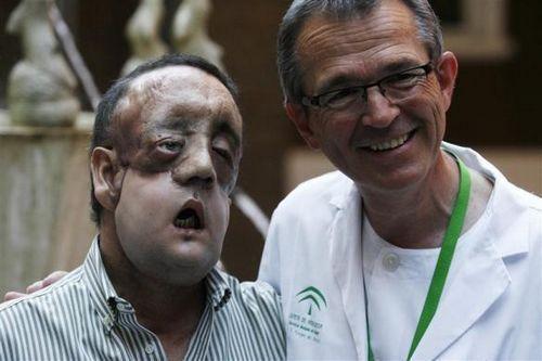拉斐尔与他的整形外科医生托马斯-戈麦斯合影。