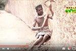 印度半瘫男子独自花3年 在门前凿山开路