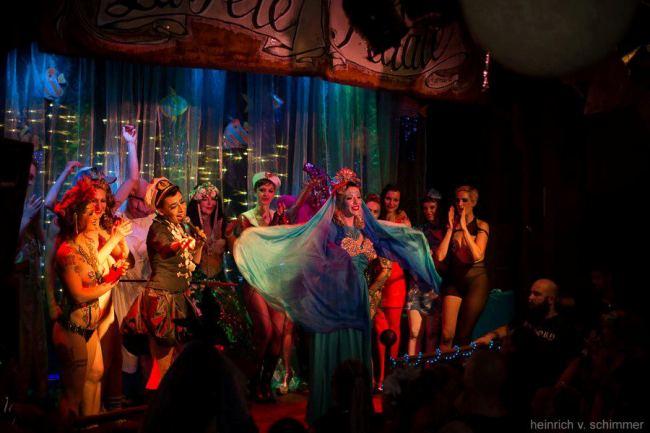 The Cast! (Lady Lou is center stage.)  ©Heinrich V. Schimmer