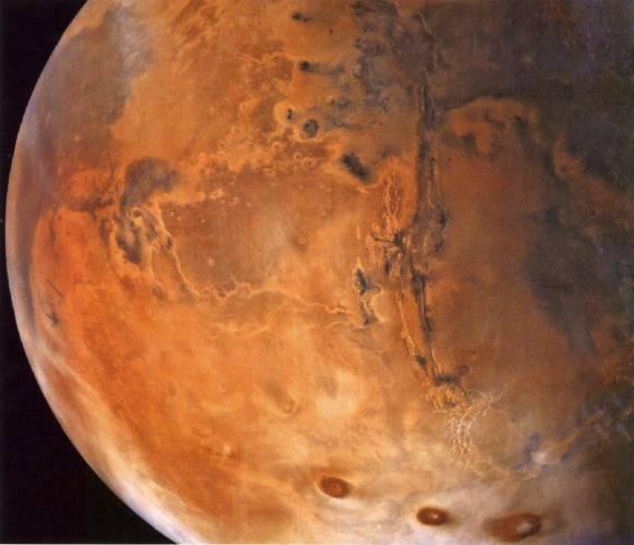 Planety mají možná více společného než si myslíme!Podivná tělíska, která americké vozítko Oportunity odhalilo nyní na Marsu, byla nalezena i na naší planetě, a to v pouštích jižního Utahu. Kuličky o průměru 5 milimetrů jsou tvořeny minerálem bohatým na železo – hematitem. Marjorie Chanová z Utažské univerzity v americkém Salt Lake City, konstatuje, že tělíska se na naší planetě formovala když voda bohatá na železo prosakovala pískovcem prostým prasklin, lomů a dislokací. Velikost těchto tělísek závisí na pH a chemickém složení vody.
