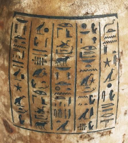 Před 205 lety, 2. srpna 1799, byla v Egyptě nalezena slavná Rosettská deska, která se stala klíčem k rozluštění staroegyptského písma. Od té doby byla dešifrována mnohá další stará písma i jazyky. Řada nápisů však na své luštitele dodnes čeká.