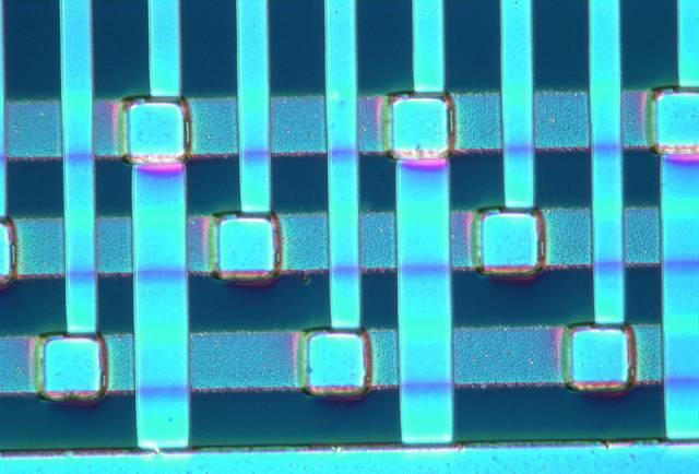Miniaturní chladící systém využívá poznatků z oblasti nanotechnologií. Vědcům z americké National Science Foundation se podařilo vyrobit miniaturní chladící systém, který nejen že zapadá do konceptu tzv. tichých chladičů, ale zároveň díky svým rozměrům otevírá nové možnosti využití v rozličných elektronických zařízeních.