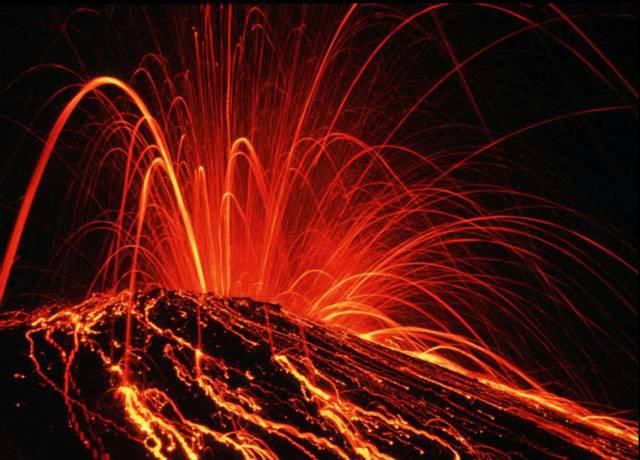 Berou si snad sopky dovolenou?Většina vulkánů soptí mezi listopadem až březnem a v ostatních měsících svou aktivitu snižuje, tvrdí David Pyle z anglické Cambridgeské univerzity. K tomuto závěru došel po studiu záznamů 3200 erupcí, ke kterým došlo v letech 1700-1999. Zjistil též, že o 18 % více výbuchů sopek se událo na naší planetě tehdy, když na severní polokouli vládly zimní měsíce. Zvláště výrazné je to prý u sopek v Andách, Střední Americe a na ruské Kamčatce.
