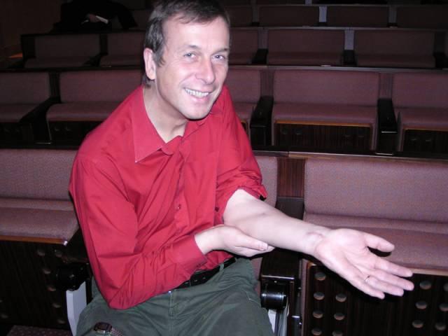 Pomohou nové technologie handicapovaným? Britský vědec Kevin Warwick předvedl v Praze svůj projekt propojení lidských nervů a počítače. Může to prý usnadnit život tělesně postiženým či ovládat třeba byt myšlenkou.