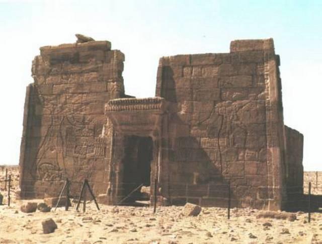 Egyptské pyramidy v Gíze jsou proslavené na celém světě. Obdivují je miliony turistů, na jejich výzkum se soustřeďují týmy světově proslulých archeologů. Ve stínu jejich slávy však zaniká další mohutná civilizace, která vystavěla mnohem více pyramid než celý Egypt. Byla to civilizace v Núbii, dnešním Súdánu.