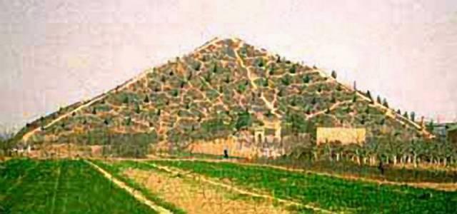 Až do konce loňského roku oficiální čínské úřady o pyramidách mlčely, a to především proto, že se nacházejí v zakázaném území čínské provincie Šen-si, kde je soustředěn vojenský a kosmický výzkum Číny. Situace se mění až v poslední době a v letošním roce se připravují k záhadným stavbám hned dvě vědecké expedice. První z nich je organizována společně několika čínskými vědeckými institucemi, druhá má mít mezinárodní charakter.