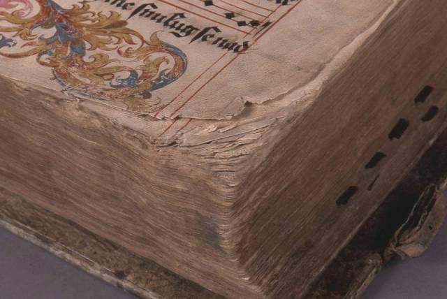 Restaurování a konzervace vzácných písemných památek je nesmírně složitá a náročná činnost. Součástí restaurátorské práce je pak i uchování vzácných středověkých rukopisů na pergamenech.