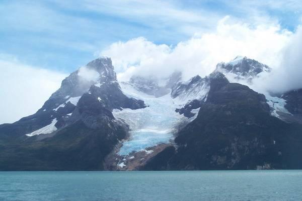 Tají i jihoamerické ledovce. Podle údajů získaných umělými družicemi Země i měřením v terénu tvrdí Eric RignotzJetPropulsion Laboratory v kalifornské Pasadeně, že tání ledovců v Chile a Argentině se od roku 1975 zdvojnásobilo. Mezi lety 1995 až 2000 měla tající voda z ledovců zvýšit hladinu moře ročně o 0,1 milimetru.