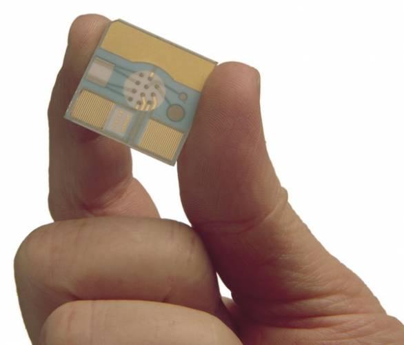 Zjistit stav inzulinu v krvi pacienta či vrozenou dědičnou vadu přímo v lékařské ordinaci během několika minut, detekovat nervové látky přímo na bojišti v několika okamžicích, prozkoumat, zda podezřelý balíček obsahuje vysoce explozivní výbušninu, - to vše umožňuje nová technologie »Laboratoř na mikročipu«.
