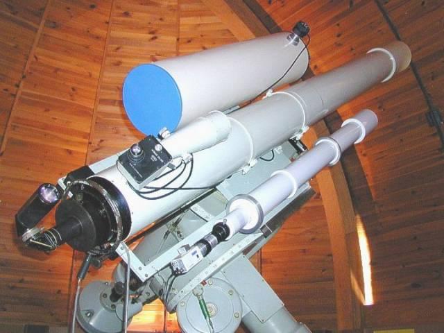Reflektor o průměru primárního zrcadla 2 m byl postaven v areálu observatoře v Ondřejově ve výšce 528 m n. m. a slavnostně uveden do provozu v srpnu 1967 u příležitosti konání kongresu Mezinárodní astronomické unie v Praze.
