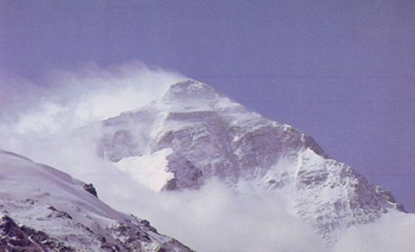 Čínské úřady se v poslední době obávají, že se nejvyšší hora světa v důsledku globálního oteplování zmenšuje. Podle předběžných zjištění se vrchol Mount Everestu snížil o 1,3 metru.