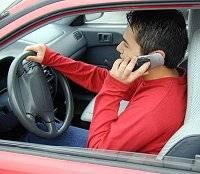 Studie, kterou nedávno zveřejnili američtí psychologové, prokázala, že mladí řidiči telefonující během jízdy mají reakční schopnosti srovnatelné se staršími lidmi.