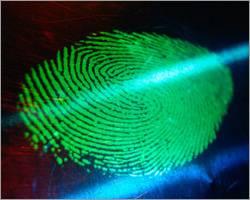 Zločinci to budou mít zase o něco těžší. Američtí vědci nyní vyvinuli novou metodu detekce otisků prstů, která by se už brzy měla využívat v soudnictví.