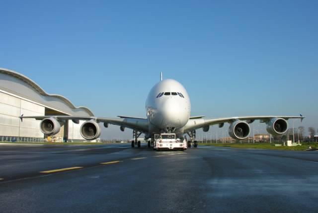 Právě dnes odstartoval ke svému prvnímu zkušebnímu letu největší dopravní letoun na světě - Airbus A380. Přesně v 10:29 se zvedl od ranveje.