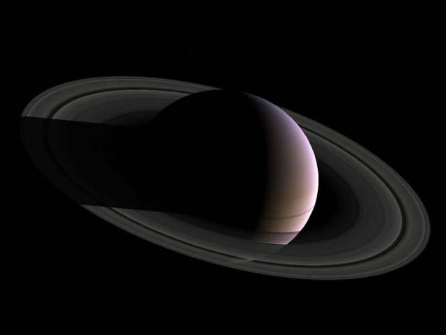 Saturn už má dohromady 46 měsíců. Havajští astronomové totiž nedávno objevili dalších 12 objektů, které obíhají kolem planety.