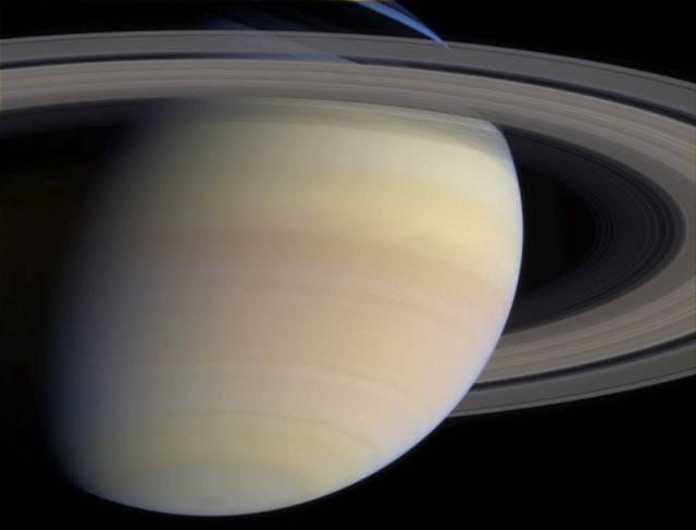 Sonda Cassini odhalila další měsíc, který obíhá kolem planety Saturn. Nepatrné vesmírné těleso se schovává v jejích prstencích.