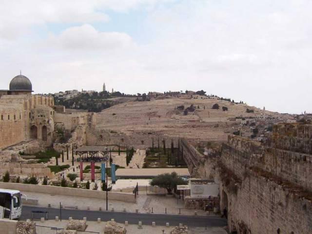 Za obrovského zájmu veřejnosti se nyní na lavici obžalovaných  v Izraeli ocitlo pět členů gangu drzých podvodníků. Jak se ukazuje, ve velkém rozsahu zhotovovali  podvrhy předmětů, které mají vztah k biblickým příběhům.