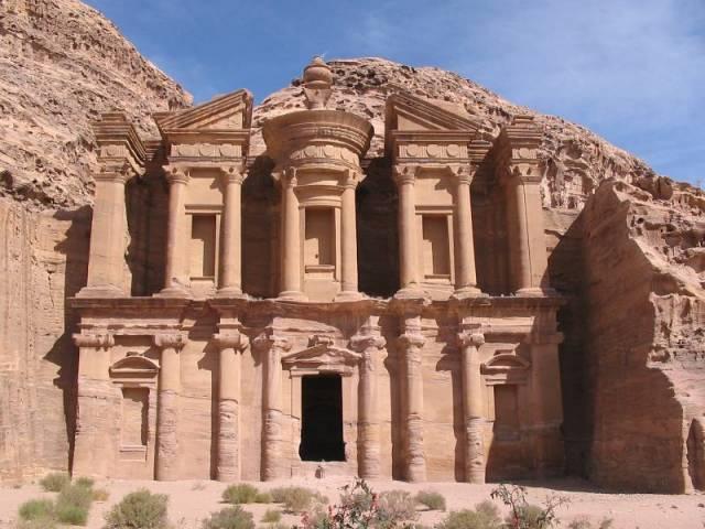 Francouzští archeologové nedávno v troskách antického města Petra ve středním Jordánsku nalezli 22 vzácných bust starověkých božstev.