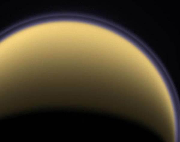 Vesmírná sonda Cassini při jednom z nedávných přeletů v těsné blízkosti Saturnova měsíce pořídila snímky podivné skvrny na jeho povrchu.