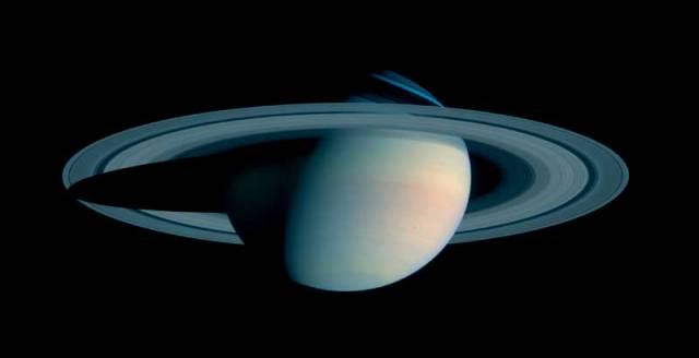 """""""Překvapilo to i nás, nebe Saturnu je modré jako na Zemi!"""" prohlásil Bob West, šéf vědeckého týmu Cassini z Laboratoří tryskového pohonu v kalifornské Pasadeně."""