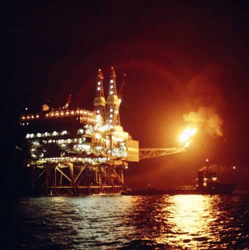 Vzhledem ke stále rostoucí ceně ropy a jejímu úbytku v tradičních nalezištích se stále více vyplácí i její těžba z mořského dna.