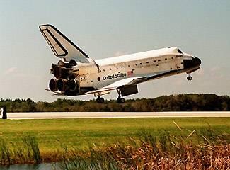Horká aktualita! Návrat amerického raketoplánu Discovery byl kvůli špatnému počasí, které panuje nad floridským mysem Canaveral, odložen na úterý.