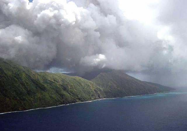 Když v lednu roku 2002 pořizovala sonda Aster termografické snímky ostrova Anathan, ležícího v Severních Marianách východně od Filipín, nikdo netušil, že jej čekají tři roky dramatických změn.