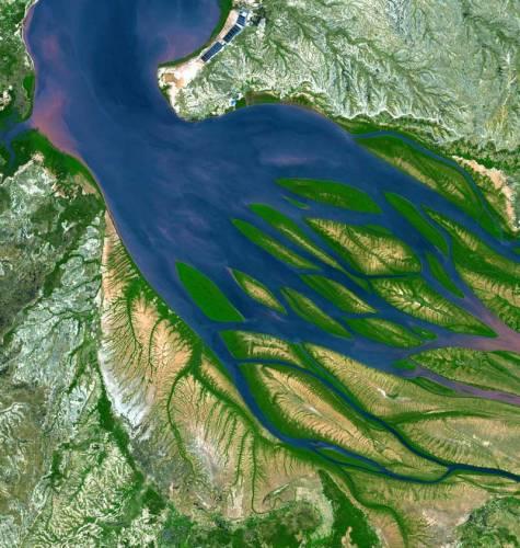 Záběr americké družice Terra ukazuje ústí madagaskarské řeky Betsiboka, otevírající se do Mozambického průlivu, který odděluje ostrov od Afriky.