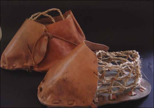 Archeologové doposud jen stěží mohli přesně určit, kdy dávní lidé poprvé přestali chodit bosí a obuli se do pořádných bot srovnatelných s těmi dnešními.