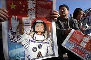 Na vojenském letišti, kam byli kosmonauti Fej Ťü-lung a Nie Chaj-šeng letecky přepraveni po přistání, přivítal tchajkonauty ministr obrany. Cestou na vojenskou základnu jim vyhrávala čínská lidová hudba i vojenské kapely