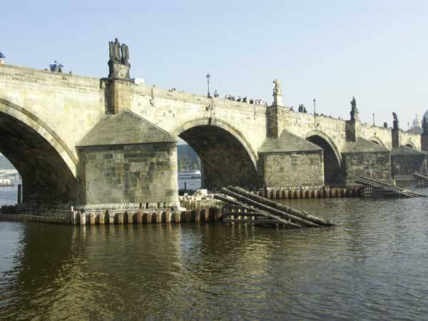 Opravou dvou mostních pilířů byla nedávno zahájena první etapa rekonstrukce pražského Karlova mostu. Odborníci tak měli po více než sto letech příležitost podívat se až k jeho základům a dozvědět se víc o technologiích, používaných ve 14. století jeho staviteli.