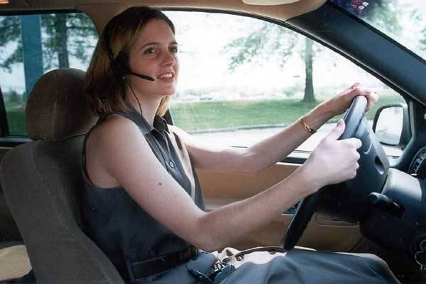 Sady hands-free postupem času získávají na stále větší popularitě. Už nejsou jen doménou řidičů, ale stále častěji se lze setkat s chodci, kteří na první pohled trpí samomluvou. Při bližším pohledu však vyjde najevo, že vlastně telefonují.